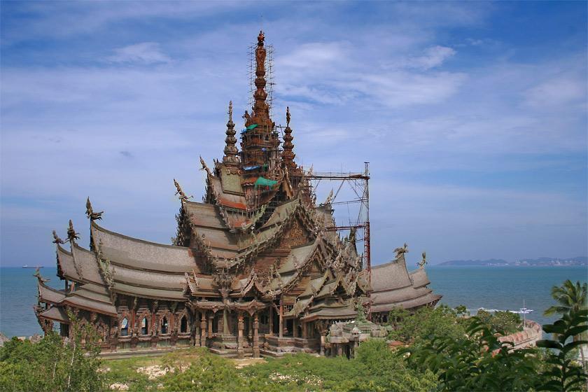 Поездка началась с таможенного контроля.  Люди в Тайланде достаточно...